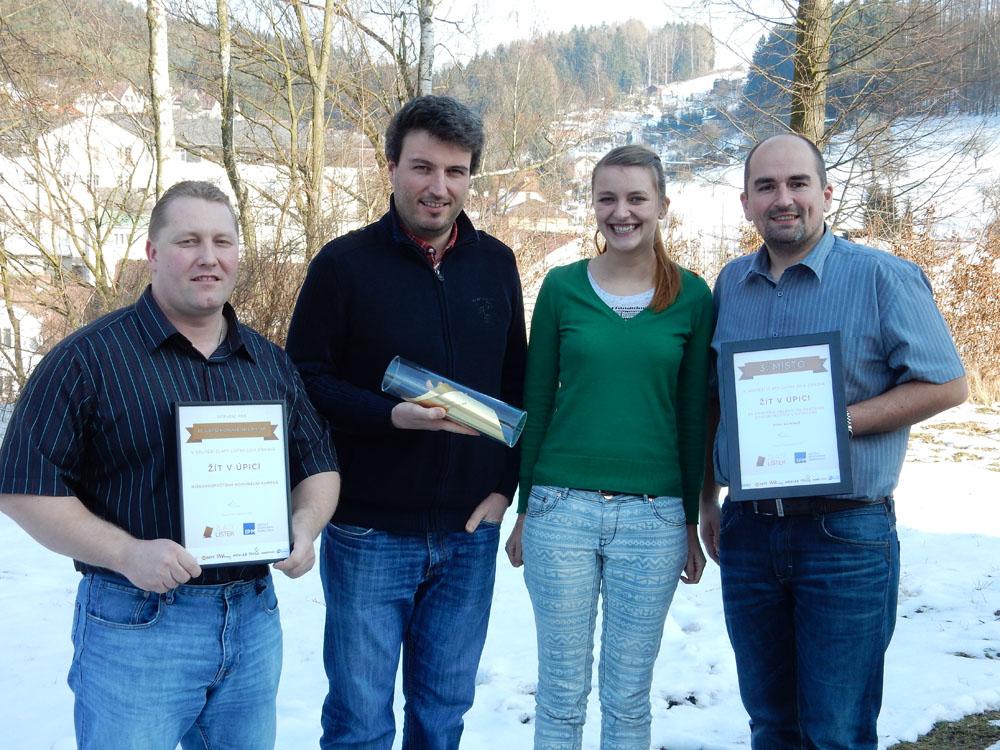 Ocenění Zlatý lístek v rukou zástupců Žít v Úpici (Petr Hron, Lukáš Bárta, Lucie Kalousková, Jan Balcar)